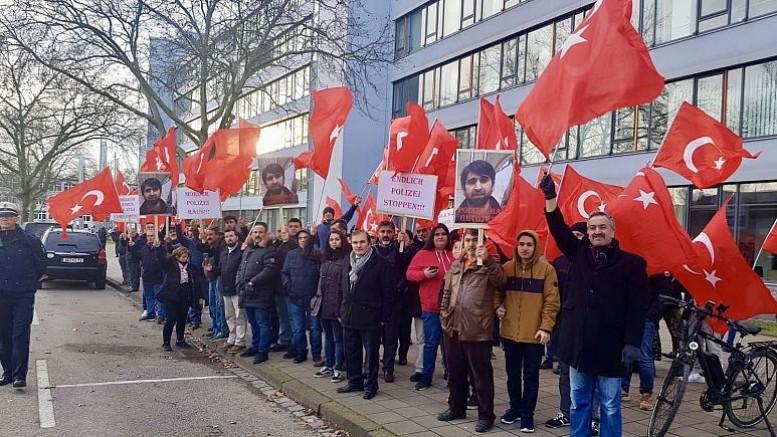 Almanya'da Polisin Bir Türk Vatandaşını Öldürmesi Protesto Edildi