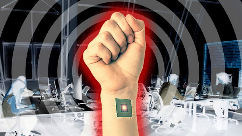 Bir Komplo Teorisi Daha Gerçeğe Dönüşüyor: Mikroçip Takmaya Başladılar