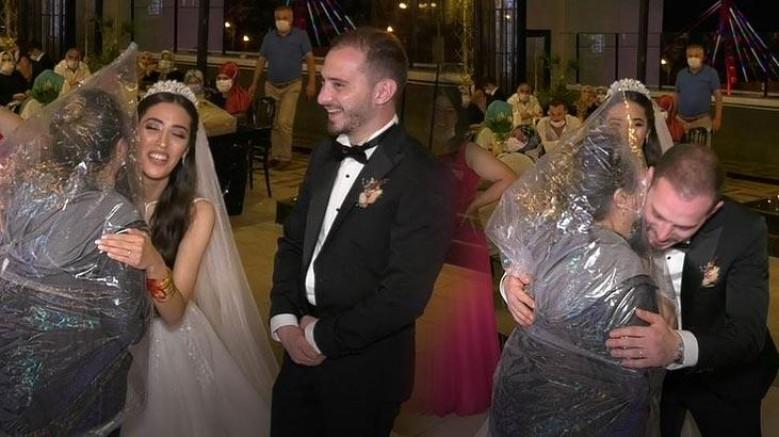 Düğüne poşet giyip geldi
