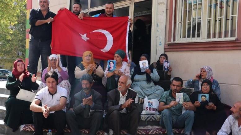HDP Önünde Evlat Nöbeti Büyüyerek Devam Ediyor